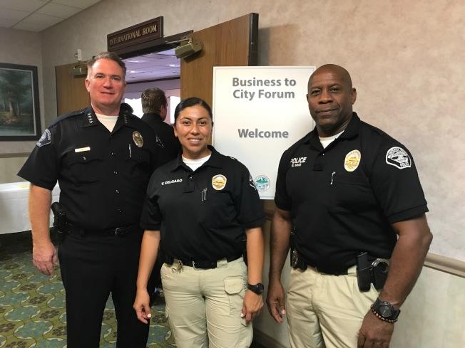 蒙市警局局長史密斯(Jim Smith)、警員Delgado與警員G Sims與民眾分享罪案數據,希望市民加入守望相助活動互通有無預防犯罪。(記者高梓原/攝影)