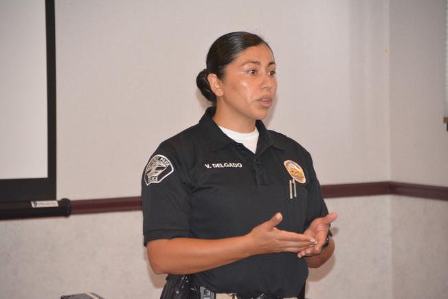 警員Delgado提醒民眾蒙市日益凸顯的遊民問題,也呼籲切忌獨立提供遊民幫助,而應即時通知警察介入管理。(記者高梓原/攝影)