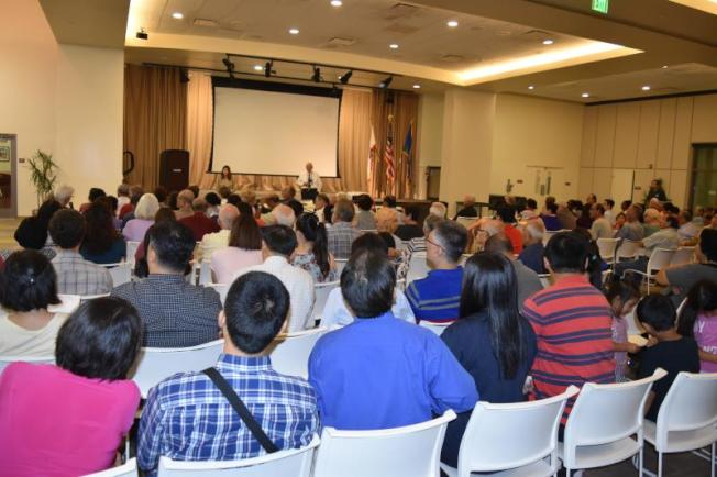 羅蘭岡社區協調議會 (Rowland Heights Community Coordinating Council,RHCCC)於11日晚間7時在羅蘭岡社區中心禮堂舉行大麻商業化意見會,許多人舉手表意見。(孟憲軍提供)