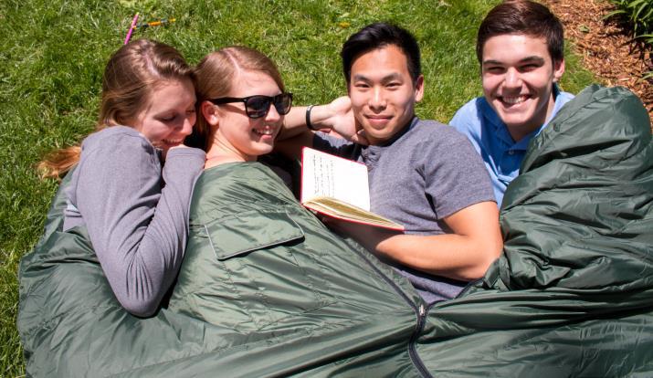 幾隻睡袋可以聯結在一起,全家可當被子使用。(劉域翔提供)