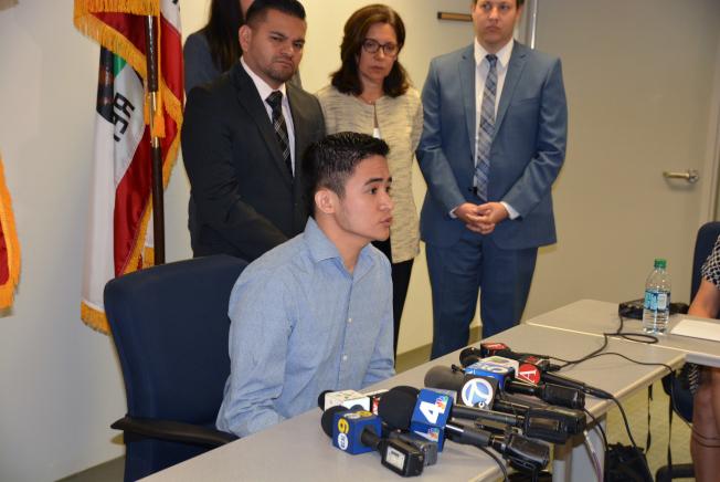Anthony Ng呼籲亞裔DACA受益人申請續延勿失良機。(記者丁曙/攝影)