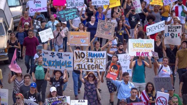 洛杉磯大批移民與支持者日昨上街反對川普總統終止夢想生計畫(DACA)。(Getty Images)