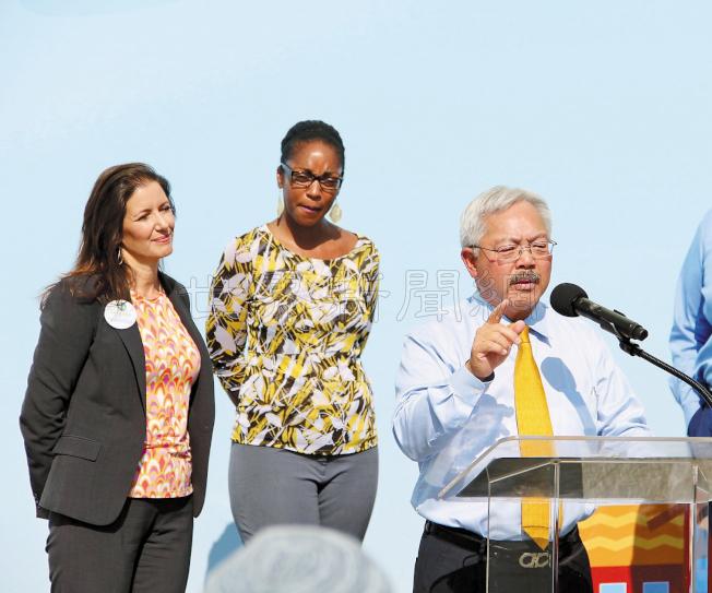 舊金山市長李孟賢(右)和屋崙市長薛麗比(左一)都現身支持公立學校發展計算機教育。(記者李晗/攝影)