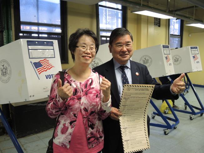 顧雅明(右)、程麗珍(左)夫婦在投票站投票。(記者朱蕾/攝影)