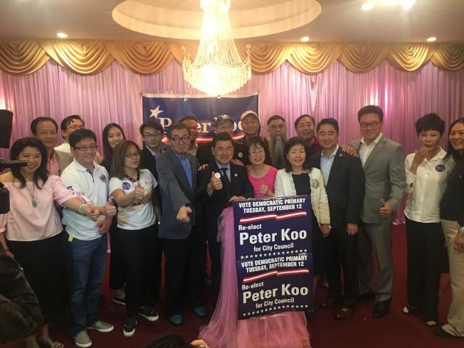 初選獲勝後,顧雅明的支持者到場慶祝他邁向第三個任期。(記者朱蕾/攝影)