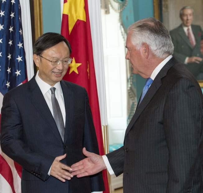 美國國務卿提勒森(右)會見中國國務委員楊潔篪,就制裁北韓方案進一步協商。(Getty Images)