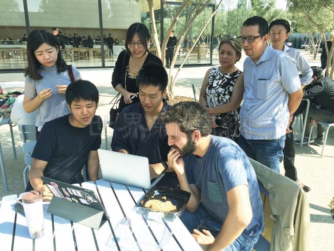 發表iPhoneX時,許多民眾聚集在一起,屏氣凝神地等待。(記者林亞歆/攝影)
