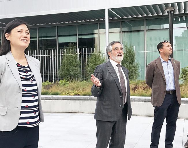 康樂公園局局長金斯堡(右起)、市議員佩斯金及前規畫委員吳心維宣布聖瑪利公園新翼建成,將於下月啟用。(記者李秀蘭/攝影)