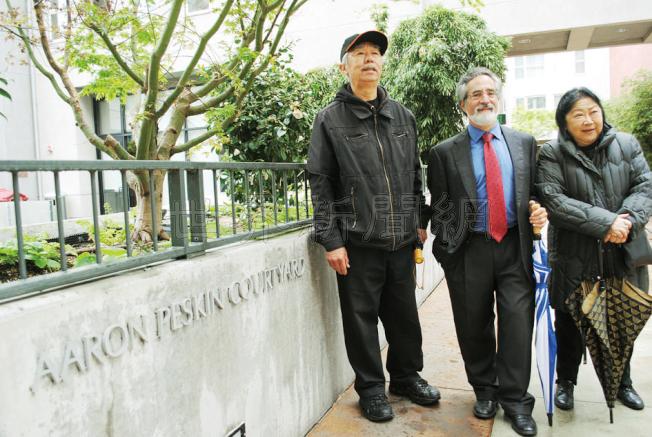 數十年來合作爭取華埠北岸區房屋權益的鐵三角:已故社區領袖白蘭(右起)、市議員佩斯金及前華協中心主任翁錫智。(本報檔案照片,記者李秀蘭攝影)