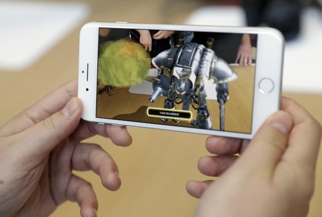iPhone 8 PLUS擁有加大的螢幕。(美聯社)