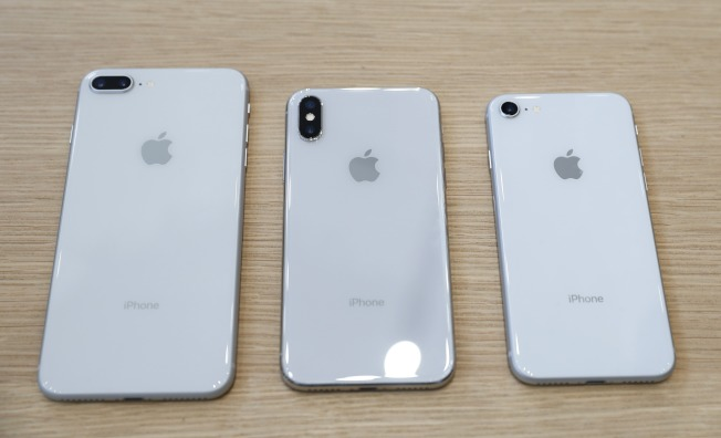 蘋果推出三款新iPhone,左起iPhone 8、iPhone X及iPhone 8。(路透)