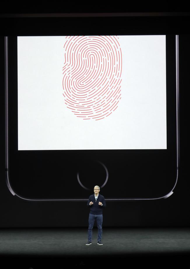 蘋果執行長庫克介紹iPhone 8的指紋辨識功能。(美聯社)