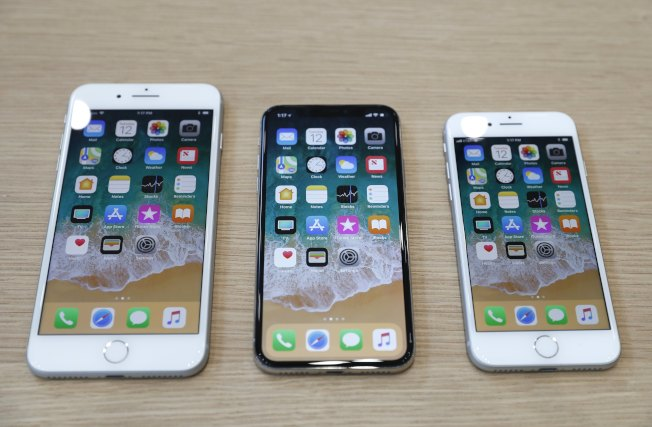 蘋果公司推出三款新機型,左起iPhone 8 PLUS、iPhone X及iPhone 8。(Getty Images)