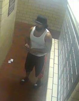 兩名兇嫌8日在下東城攻擊並搶走一名70歲華翁的所有金飾品。(警方提供)