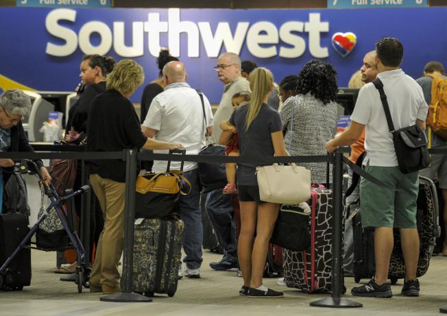 佛州坦帕市機場6日爆滿,許多人趕在厄瑪颶風來襲之前,離開佛州。圖為東南航空櫃檯前站滿搭機的旅客。(路透)