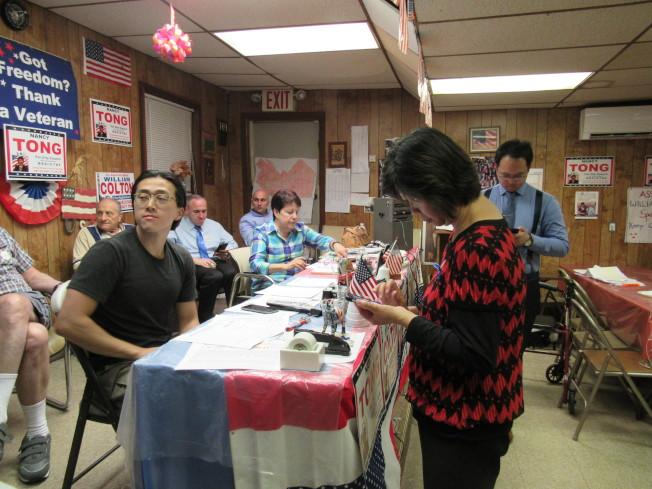 唐鳳巧在競選總部查看初選結果。(記者顏嘉瑩/攝影)