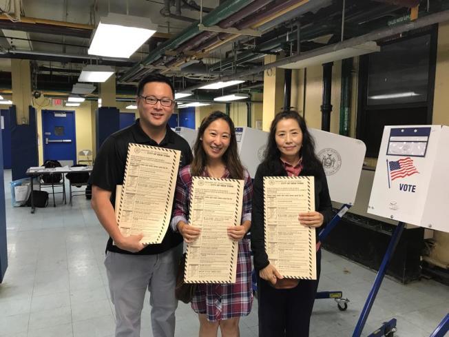 譚夕婁(中)及金兌錫(左)感謝所有支持者,表示下屆將繼續競選。(譚夕婁競選辦公室提供)
