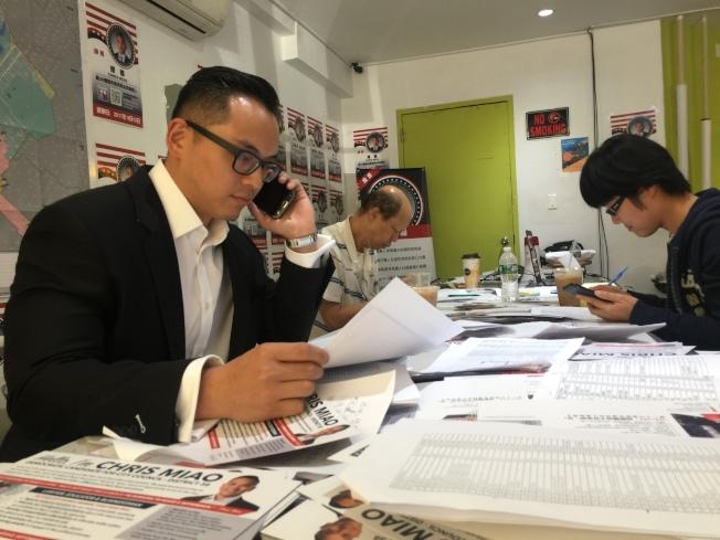 繆卿從早上6時開始通過電話不斷拜託華裔選民支持自己。(記者黃伊奕/攝影)