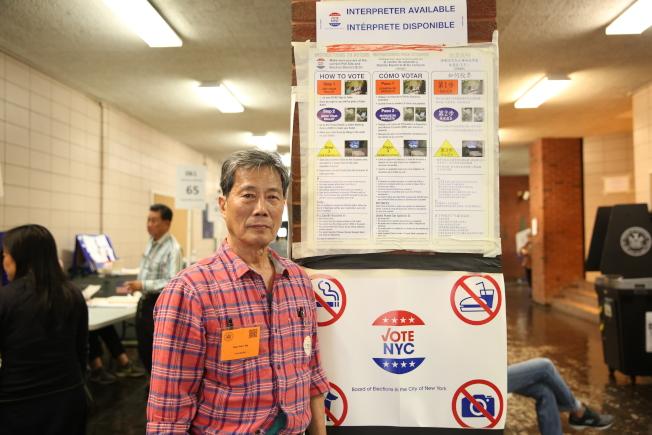 馬文南堅持20多年於選舉日在投票站工作,協助華裔選民投票。(記者洪群超/攝影)