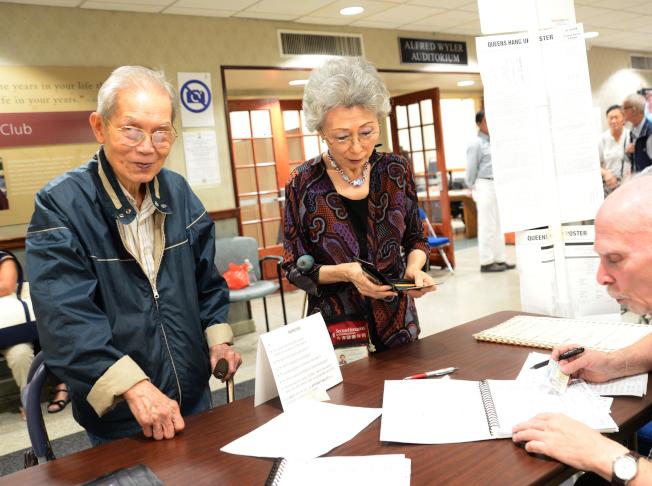 紐約市12日舉行初選,陳先生和太太前往法拉盛班杰明王子街老人中心投票站投票,因兩人都是共和黨籍,而共和黨在選區內不需要初選,夫妻兩只好等11月普選。(記者許振輝/攝影)