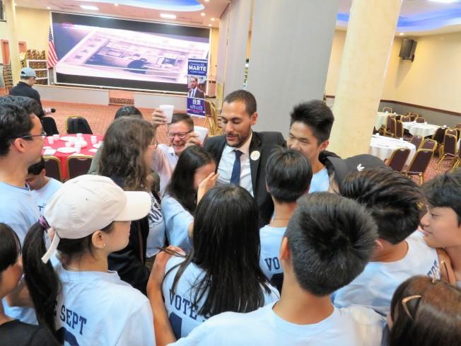 馬泰競選團隊志願者們熱情擁抱他,並激動落淚。(記者陳小寧/攝影)