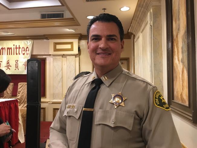 洛杉磯縣局天普分局長David Flores呼籲民眾必定要鎖好門窗,室內警報器要記得設定,車內切記不要放東西,避免成為受害者。(記者謝雨珊/攝影)