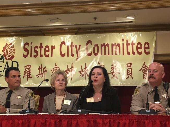 羅斯密商會與羅斯密姊妹市委員會,邀請執法官員告知華人最新治安動態及防範措施。(記者謝雨珊/攝影)