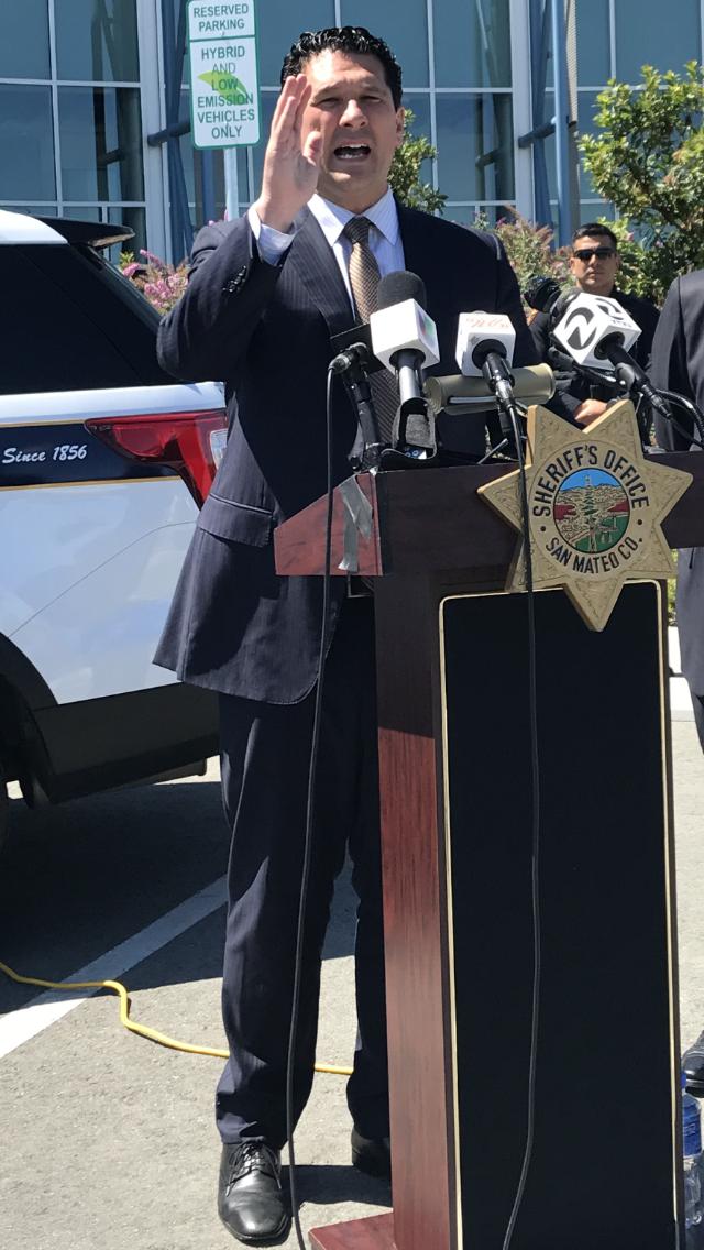 聖馬刁縣議員卡內帕希望立法禁止行人玩手機以避免交通意外。(記者黃少華/攝影)