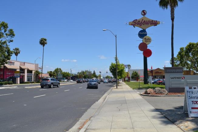 Stevens Creek Blvd. 上的聖荷西都市村規畫地。以後馬路旁的高樓有可能會增多且增高。(記者張毓思/攝影)