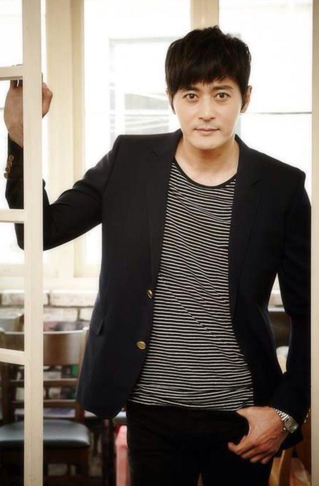 張東健(圖)、金荷娜將一起主持釜山影展。(取材自臉書)