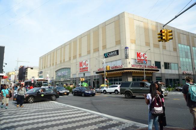 牙買加大道介於160街與博森大道(Parsons Blvd)的綜合商場,包括電影院、百貨公司等,為牙買加市中心。(記者許振輝/攝影)