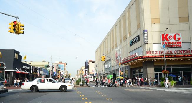 牙買加大道上介於160街與博森大道(Parsons Blvd)的綜合商場,包括電影院、百貨公司等,為牙買加市中心。(記者許振輝/攝影)