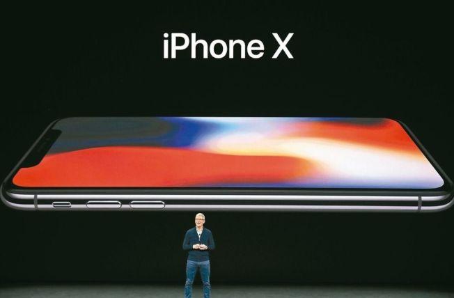 蘋果執行長庫克十二日發表iPhone X。 美聯社