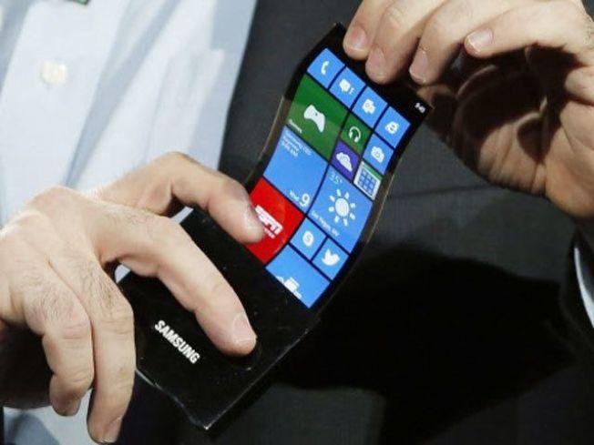 自從三星在2013年的消費性電子展(CES)展示可彎式顯示器,市場已不斷傳出三星將推出可折疊式智慧手機的消息。圖為三星在2013年展示的可彎式顯示器。 (美聯社)