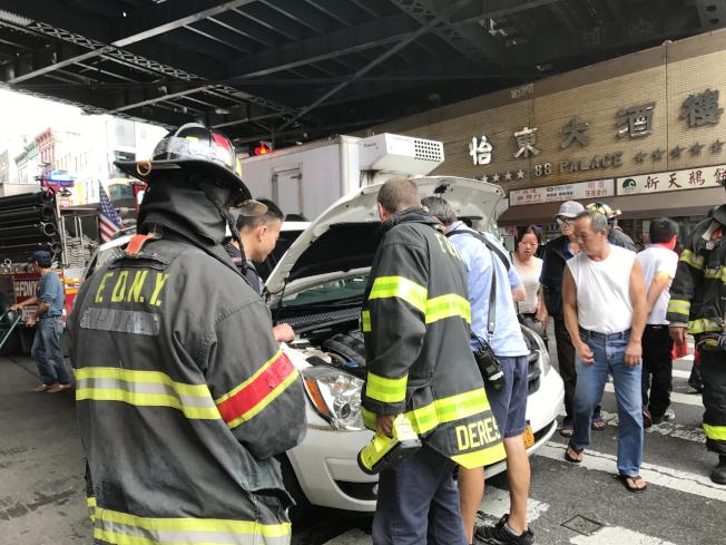 華男開車來到東百老匯,汽車突然冒煙,消防員、警察馬上趕到。(記者俞姝含/攝影)
