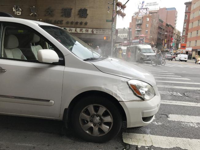 華男開車來到東百老匯,汽車突然冒煙。(記者俞姝含/攝影)
