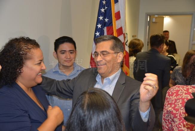 加州檢察長貝西拉(中)信心滿滿地告訴移民權益代表們,他相信州政府和參議會定能通過撥款議案幫助DACA夢想生。(記者丁曙/攝影)
