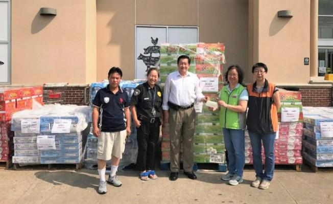 休士頓華人國際區救災委員會接受Hmart超市的捐贈。