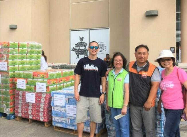 圖為Hmart超市的義工在捐贈物資前合影。