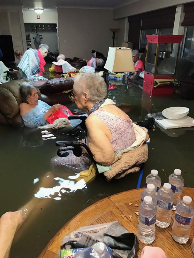 颶風哈維侵襲德州期間,狄金森一所療養院的老人就坐在及腰的洪水中待援。(美聯社)