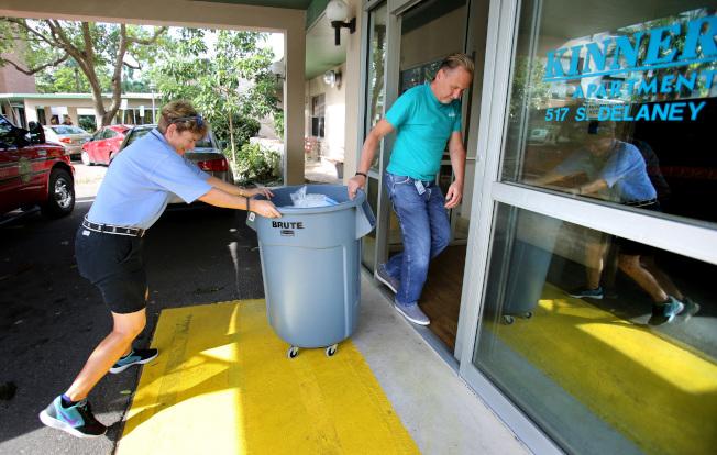 佛州在風災後大規模停電,圖為奧蘭多市政府為一棟老人公寓送去袋裝冰塊,供耆老解暑。(TNS)