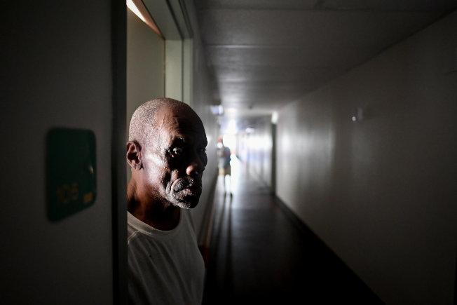 颶風厄瑪造成佛州大規模停電,圖為佛州伊莫卡里一處老人住宅的耆老站在房門口等待供電。(路透)