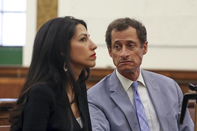 前紐約州國會眾議員韋納與分居妻子胡瑪‧艾比汀13日現身離婚法庭。(美聯社)