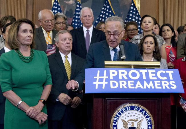 民主黨國會參院領袖舒默(前左三)與眾院領袖波洛西(前左一)9月初在國會舉行記者會,聲言支持夢想生。(美聯社)