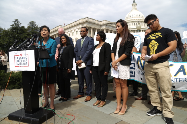國會亞太裔黨團委員會在國會山莊舉行記者會,呼籲國會兩黨支持由共和黨參議員葛理漢(Lindsey Graham)與民主黨參議員德賓(Dick Durbin)共同提出的「夢想法案」。(記者羅曉媛/攝影)