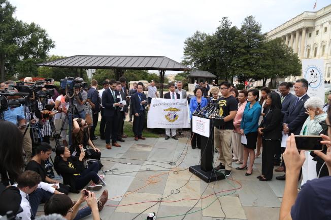 國會亞太裔黨團委員會在國會山莊舉行記者會,邀請夢想生講述其移民奮鬥的故事,並呼籲國會兩黨支持由共和黨參議員葛理漢(Lindsey Graham)與民主黨參議員德賓(Dick Durbin)共同提出的「夢想法案」。(記者羅曉媛/攝影)