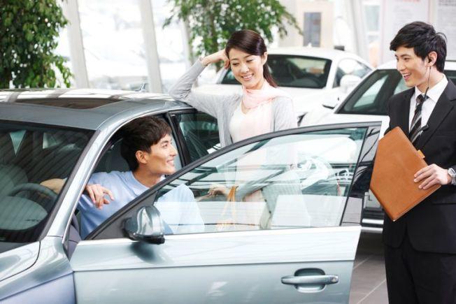 只要有足夠的信用額度,高額購物可刷卡,例如買車,但要確保接到帳單的第一個月就能付清。(Getty Images)
