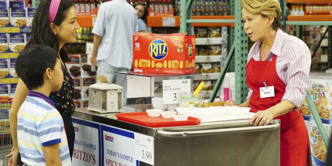 逛量販店好市多的一大樂趣,就是品嘗免費試吃的各種美食。(Getty Images)