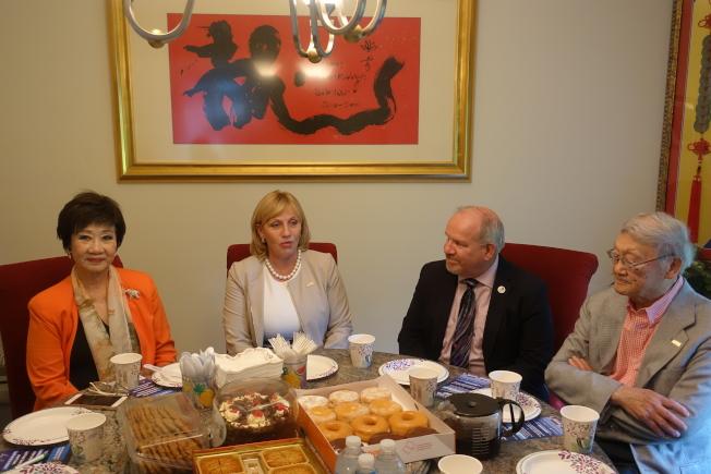 顧丹諾(左二)與新州中國日主席林潔輝(左一)、蒙特維爾市長薩德翰(右二)、摩利斯郡委員嚴欣鎧(右一)等座談,商討地產稅削減計劃。(記者謝哲澍/攝影)