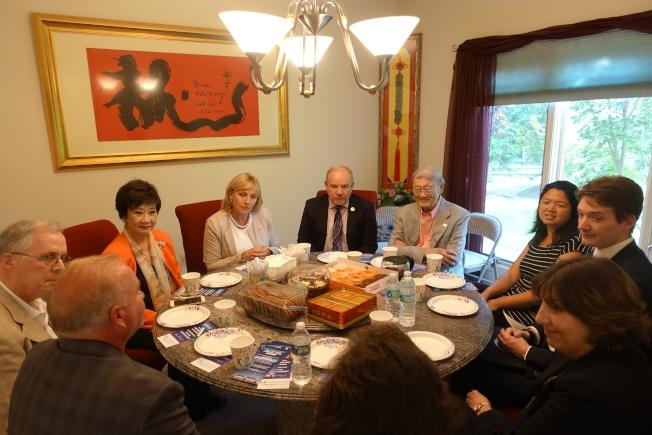 顧丹諾在林潔輝家中聽取社區意見。(記者謝哲澍/攝影)